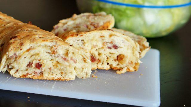 Zwiebel-Schinken-Brot
