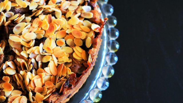 Schokoladen-Pflaumen-Kuchen mit Mandeln